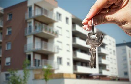 WoMieszkanie rynek wtórnyman hand holding keys with to house